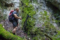 Fotógrafo que toma fotos em uma garganta Imagem de Stock Royalty Free
