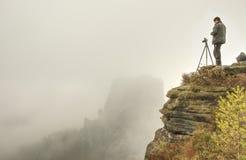 Fotógrafo que toma fotos exteriores na paisagem do outono foto de stock royalty free