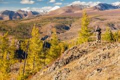 Fotógrafo que toma fotos nas montanhas Fotografia de Stock Royalty Free