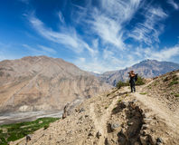 Fotógrafo que toma fotos nos Himalayas Fotos de Stock