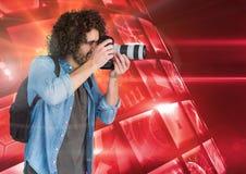 Fotógrafo que toma imágenes contra la bola de discoteca Fotografía de archivo libre de regalías