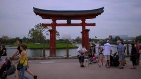 Fot?grafo que toma imagens dos povos com o arco de Jap?o em Epcot na ?rea de Walt Disney World Resort vídeos de arquivo