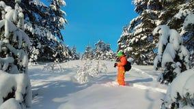 Fotógrafo que toma la foto al aire libre en paisaje nevoso del invierno almacen de video