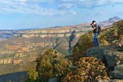 Fotógrafo que toma la foto de la hermosa vista del barranco del río de Blyde Fotos de archivo libres de regalías