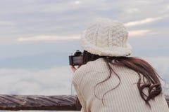 Fotógrafo que toma la foto del paisaje del top de la montaña imagenes de archivo