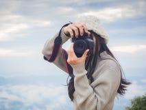 Fotógrafo que toma la foto del paisaje del top de la montaña Fotos de archivo libres de regalías