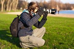 Fotógrafo que toma o retrato. Ao ar livre Fotografia de Stock Royalty Free