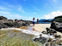Fotógrafo que toma uma imagem da praia tropical em Abra de Ilog, Mindoro imagem de stock royalty free