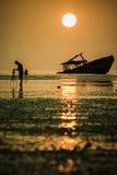 Fotógrafo que toma una fotografía del barco de la ruina del abandono en phuk Imagen de archivo
