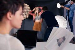 Fotógrafo que trabaja con el modelo imagen de archivo libre de regalías