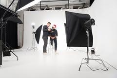 Fotógrafo que trabaja en estudio con el modelo Fotografía de archivo