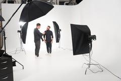 Fotógrafo que trabaja en estudio con el modelo Imagen de archivo libre de regalías