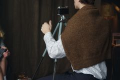 Fotógrafo que trabalha com modelo no estúdio, vintage fotos de stock