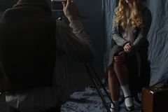 Fotógrafo que trabalha com modelo no estúdio, vintage imagens de stock royalty free