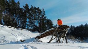 Fotógrafo que usa una construcción de madera extraña para fotografiar almacen de metraje de vídeo