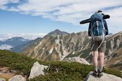Fotógrafo que viaja del hombre joven con el soporte de la mochila y del trípode Imagenes de archivo