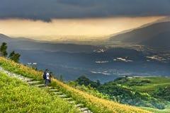 Fotógrafo sobre la mirada de paisaje montañoso imagen de archivo libre de regalías