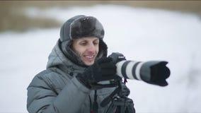 Fotógrafo sonriente al aire libre en invierno almacen de metraje de vídeo