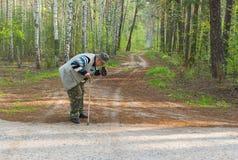 Fotógrafo superior que faz a foto com a câmera velha do filme Foto de Stock