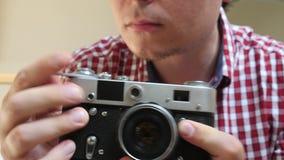 Fotógrafo Takes Pictures en cámara vieja de la foto almacen de metraje de vídeo