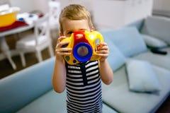 Fotógrafo tornando-se do menino bonito foto de stock royalty free