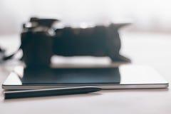 Fotógrafo Workspace na tabela, na tabuleta e no sp brancos da cópia de câmera imagens de stock royalty free