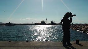 Fotógrafo y el mar almacen de video
