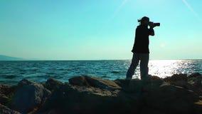 Fotógrafo y el mar almacen de metraje de vídeo