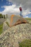 Fotógrafo y liquenes anaranjados antiguos que crecen en rocas en valle centenario cerca de Lakeview, TA Imagenes de archivo