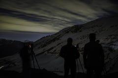 Fotógrafos de la noche en las montañas fotos de archivo libres de regalías