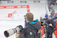 Fotógrafos de prensa con las lentes teles que cubren el slalo paralelo imágenes de archivo libres de regalías