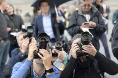 Fotógrafos de prensa que cubren un acontecimiento en Trafalgar Square, Londres imágenes de archivo libres de regalías