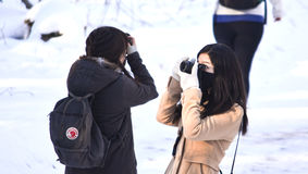 Fotógrafos de sexo femenino que toman las fotos durante un viaje del invierno fotos de archivo libres de regalías
