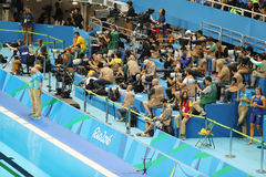 Fotógrafos del deporte profesional durante la Río 2016 Juegos Olímpicos en el estadio olímpico de los Aquatics Imágenes de archivo libres de regalías