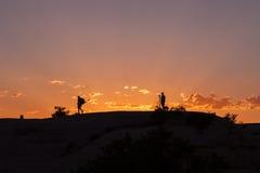 Fotógrafos en la puesta del sol Imagen de archivo libre de regalías