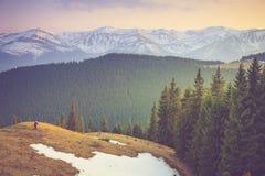 Fotógrafos para tirar los tops hermosos de la nieve de la montaña foto de archivo libre de regalías
