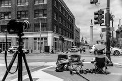 Fotógrafos que estacan hacia fuera la estatua de Robert E Lee fotografía de archivo