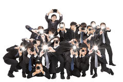 Fotógrafos que sostienen la cámara que señala a usted Fotografía de archivo libre de regalías