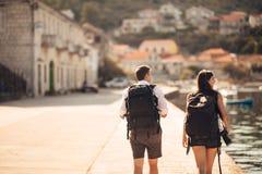 Fotógrafos que trabajan independientemente de los jóvenes que viajan y que hacen excursionismo Experimentar diversas culturas, ph Imágenes de archivo libres de regalías