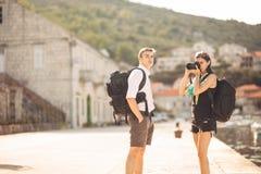 Fotógrafos que trabajan independientemente de los jóvenes que viajan y que hacen excursionismo Experimentar diversas culturas, ph Fotografía de archivo libre de regalías