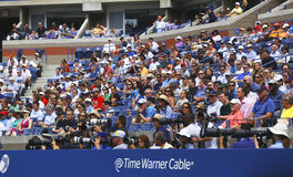 Fotógrafos y espectadores profesionales durante el US Open 2013 en Arthur Ashe Stadium Imagenes de archivo