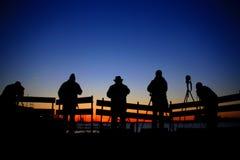 Fotógrafos y una puesta del sol maravillosa imagen de archivo libre de regalías