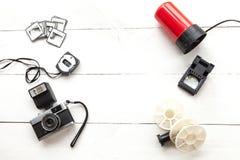 Fotómetro, cámara, carretes y luz roja vistos desde arriba imagen de archivo libre de regalías