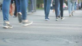 Fotövergångsställe Folket korsar vägen Fot som går på trottoaren arkivfilmer
