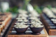 FOT填装用椰子奶油和椰子瓣的巧克力甜点心在上面,产品摄影法式蛋糕铺 库存图片