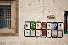 FOT安排在墙壁上的选择海报在突尼斯 免版税库存照片