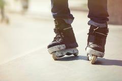 Fot av aggressiv inline rollerblader på utomhus- skatepark Arkivfoton
