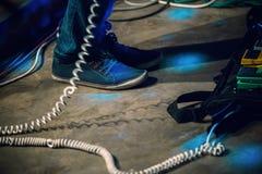 Fot av elbasspelaren på en etapp Royaltyfria Bilder
