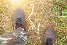 Fot av en man i smutsiga skor och kamouflerade flåsanden Royaltyfria Foton