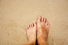 Fot av en man och hans son i den fina sanden som omges av saltvattens- Fotografering för Bildbyråer